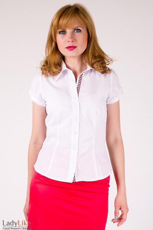 Фото Блузка белая с декоративной тесьмой Деловая женская одежда