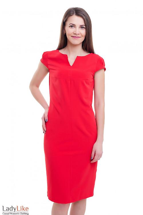 Красное платье с разрезом на горловине Деловая женская одежда фото