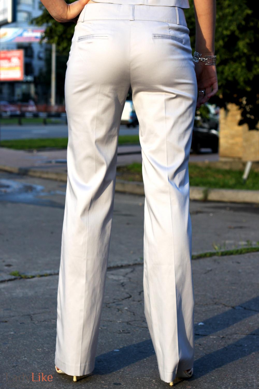Фото женщины в белых брюках задницы