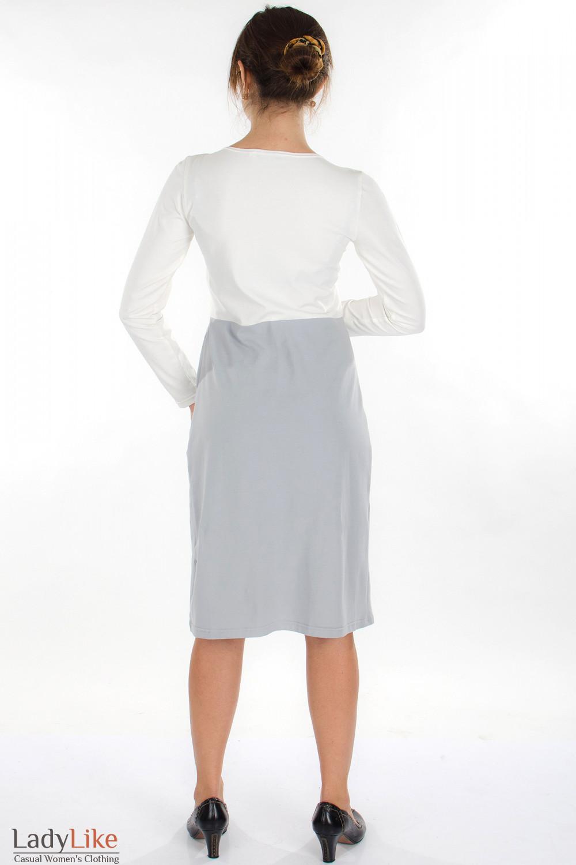 Платье трикотажное молочно-серое вид сзади Деловая женская одежда