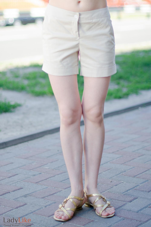 Шорты бежевые вид спереди Деловая женская одежда