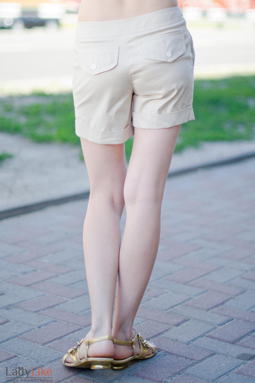 Шорты бежевые вид сзади Деловая женская одежда