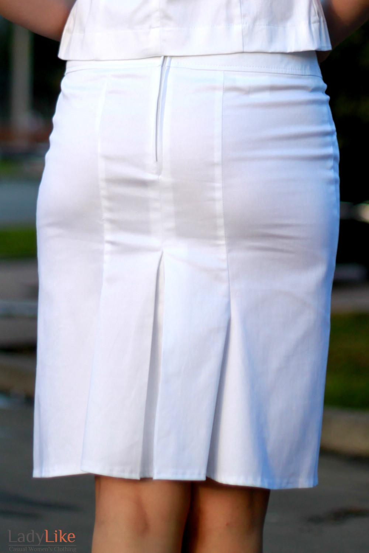 Юбка белая со складками сзади.