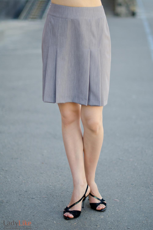 Юбка серая со складками вид спереди Деловая женская одежда