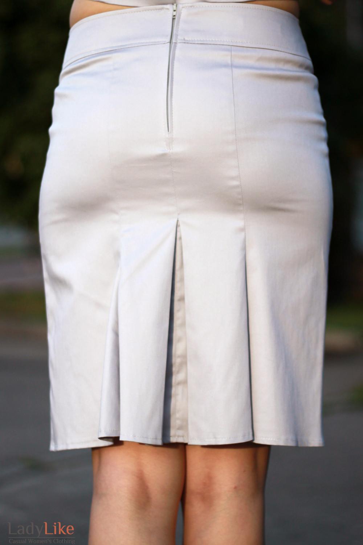 Юбка серая со складками сзади  вид сзади Деловая женская одежда