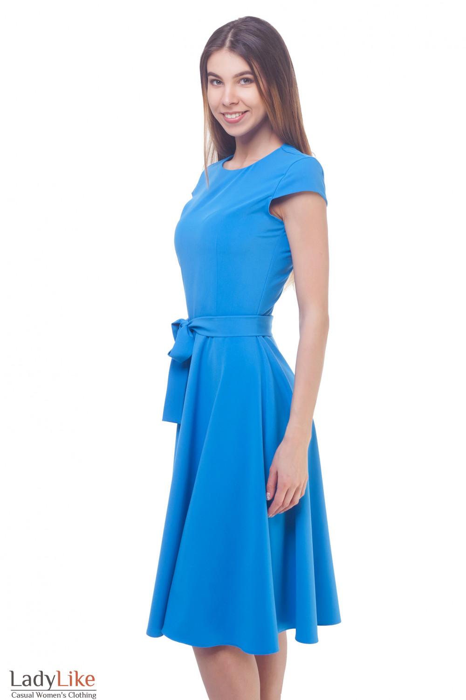 Голубое платье с пышной юбкой-миди Деловая женская одежда