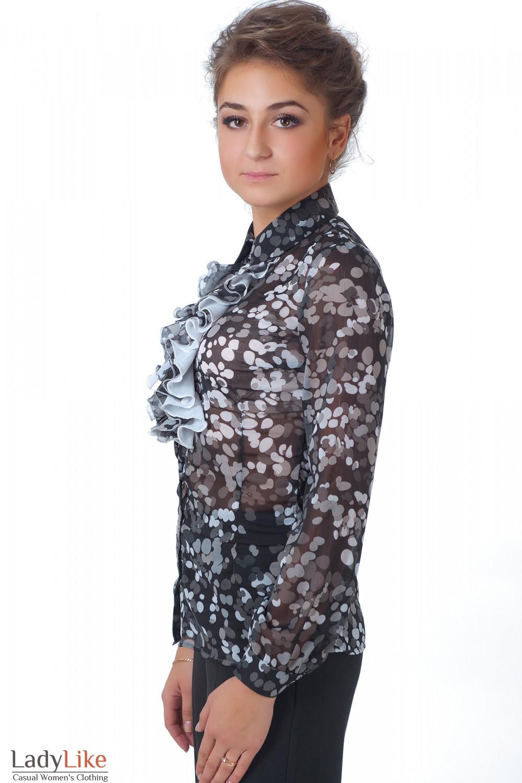 Фото Блузка черная с жабо в серые кружочки вид сбоку Деловая женская одежда