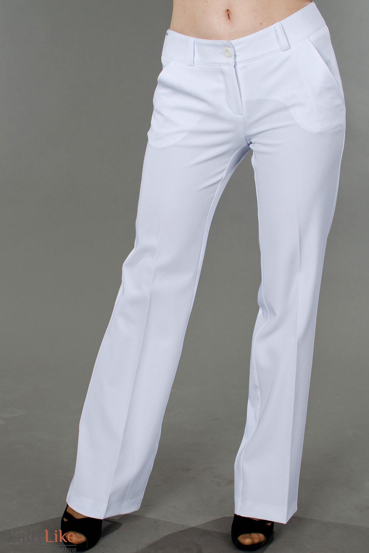 Фото Брюки белоснежные летние вид спереди Деловая женская одежда