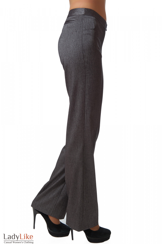 Фото Брюки серые в елочку вид сбоку Деловая женская одежда