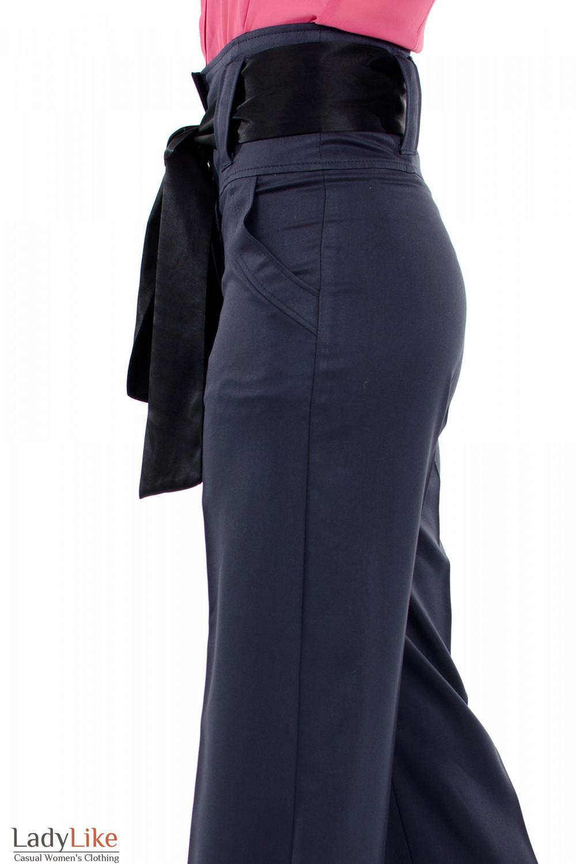 Фото Брюки синие с высокой талией вид слева Деловая женская одежда