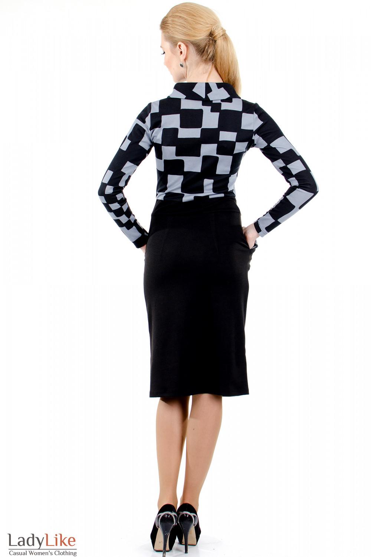 Верх платья выполнен из цветного трикотажа, низ - из черного.