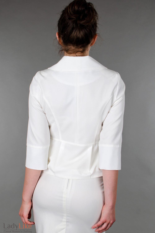 Фото Жакет белый с три четвертным рукавом  вид сзади Деловая женская одежда