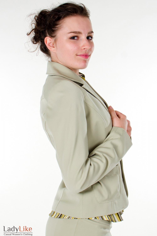 Фото Жакет оливковый с карманами вид сбоку Деловая женская одежда