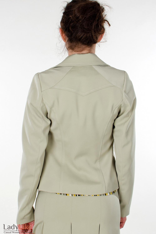 Фото Жакет оливковый с карманами вид сзади Деловая женская одежда