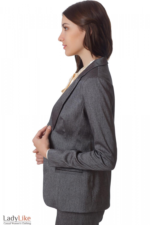Фото Жакет серый удлиненный в елочку вид сбоку Деловая женская одежда