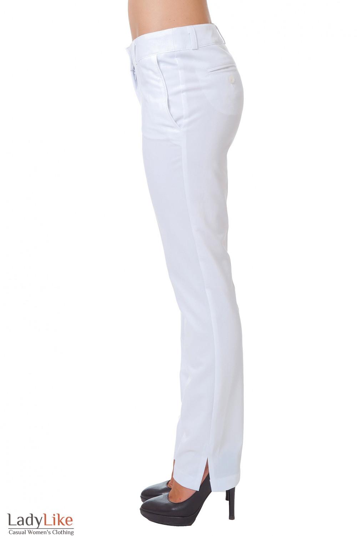 Брюки белые с разрезом внизу брючины Деловая женская одежда