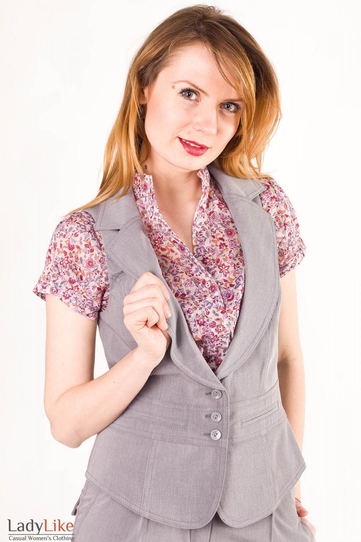 Фото Жилетка светло-серая с воротником Деловая женская одежда