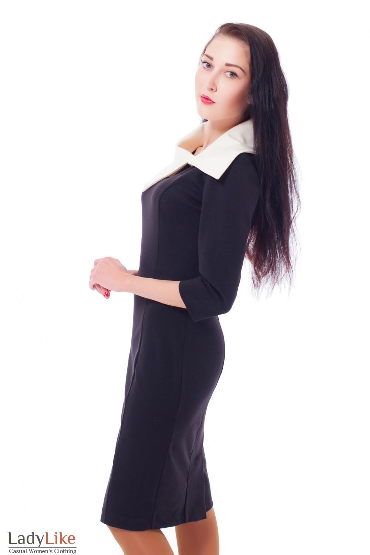 Черное платье-футляр с белым воротником Деловая женская одежда