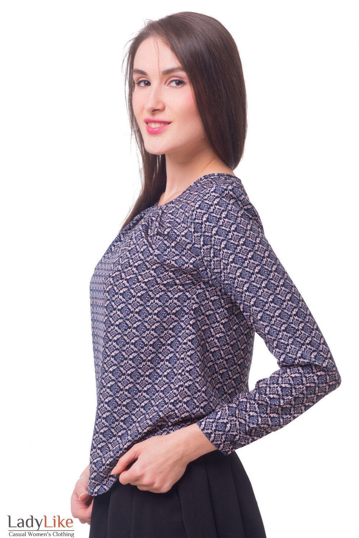 Купить блузу в орнамент с защипами по горловине Деловая женская одежда