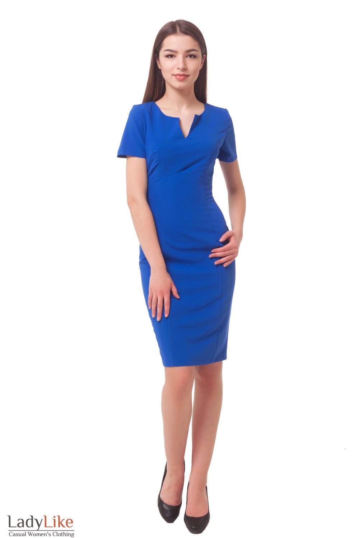Купить яркое синее платье с разрезом на груди Приталенны Деловая женская одежда