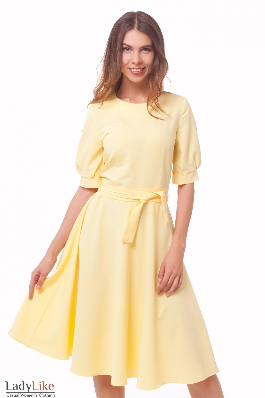 Платье желтое с рукавами и поясом Деловая женская одежда