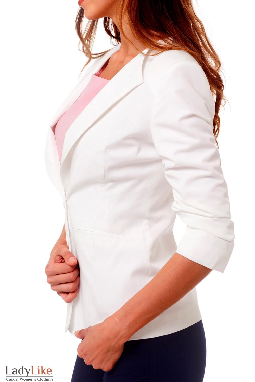 Купить жакет белый удлиненный со сборкой на рукаве Деловая женская одежда