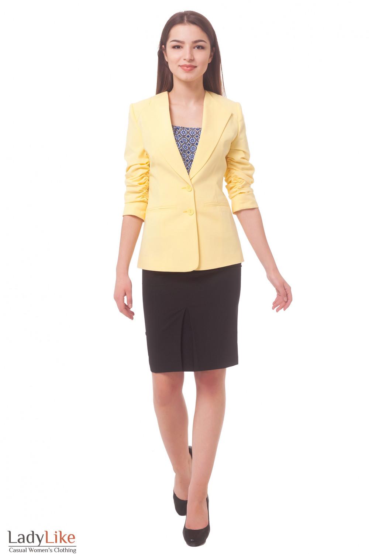 Купить жакет желтый удлиненный со сборкой на рукаве Деловая женская одежда