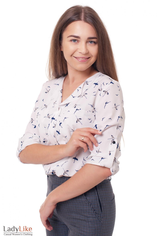 Блузка молочная в синие птицы Деловая женская одежда фото
