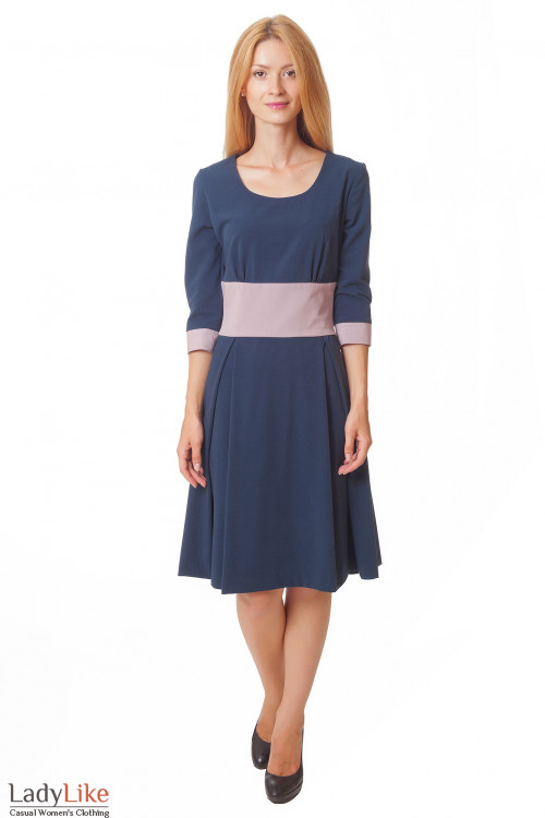 Платье синее с пышной юбкой и розовым поясом Деловая женская одежда