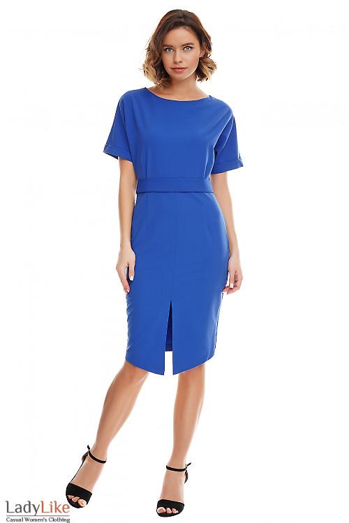 Платье электрик с несимметричным низом. Деловая женская одежда фото