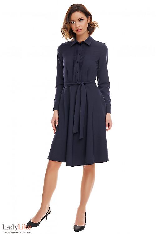 Платье синее деловое со складками. Деловая женская одежда фото