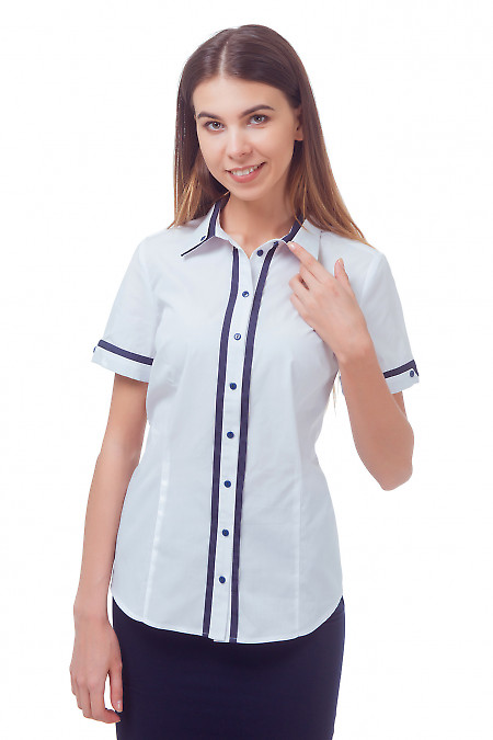 Белая блузка с синим воротником Деловая женская одежда