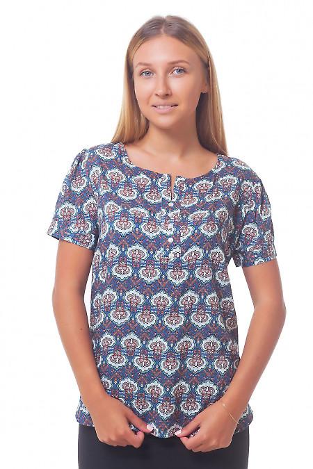 Голубая блузка в разноцветный узор. Деловая женская одежда