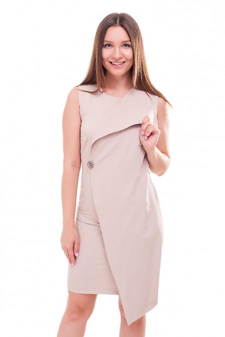 Платье бежевое с брошкой Деловая женская одежда фото