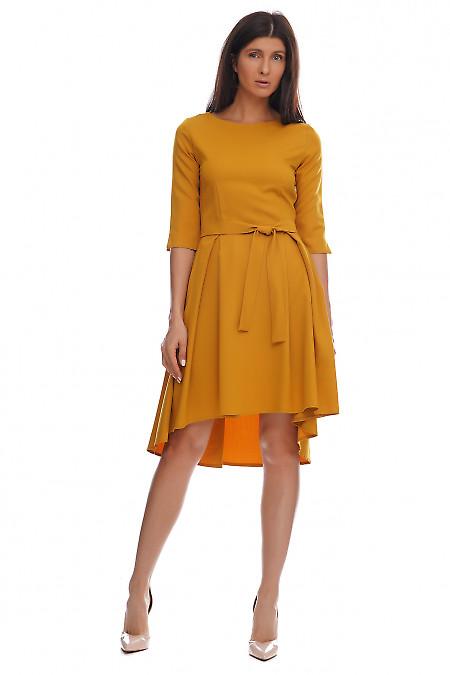 Платье горчичное с несимметричной юбкой. Деловая женская одежда фото