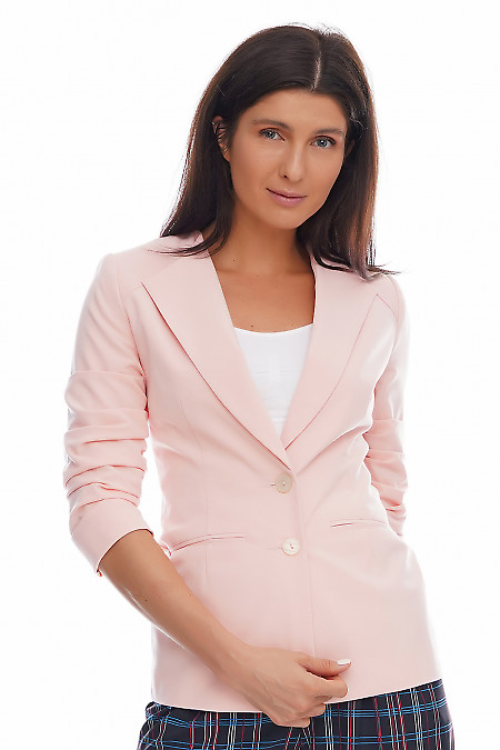 Жакет персиковый со сборкой на рукаве. Деловая женская одежда фото