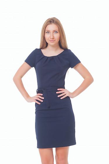 Платье синее с защипами и коротким рукавом Деловая женская одежда