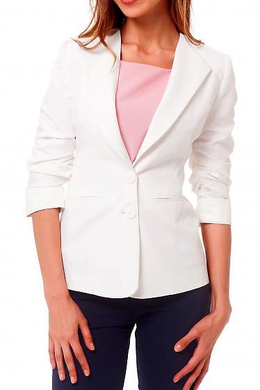 Жакет белый удлиненный со сборкой на рукаве Деловая женская одежда