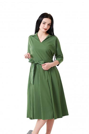 Платье зеленое с юбкой в складку. Деловая женская одежда фото