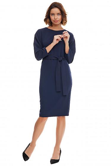Синее платье-футляр с опушенным плечом. Деловая женская одежда фото