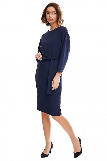 Купить синее платье-футляр с опушенным плечом. Деловая женская одежда фото