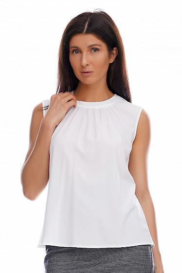 Топ белый со сборкой на горловине. Деловая женская одежда фото