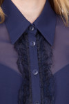 Фото Блузка темно-синяя с рюшью-кружевом. Вид спереди Деловая женская одежда